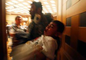 Bambini gasati dai lacrimogeni.