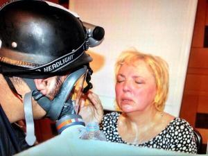 L'europarlamentare Claudia Roth all'interno del Divan Hotel attaccato,ieri sera, dai gas lacrimogeni.