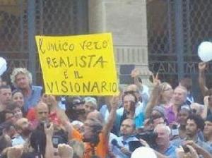 """""""L'unico vero realista è il visionario"""" Messina, festa per l'elezione a sindaco di Renato Accorinti, candidato civico, leader del movimento No Ponte."""