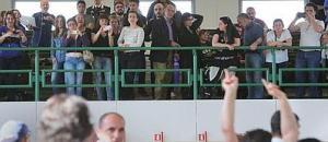 Il dito medio dell'agente alzato dopo la lettura della sentenza del caso Cucchi
