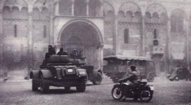 Autoblindo_T17_in_piazza_Grande_a_Modena